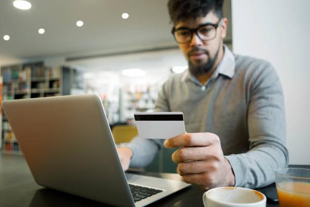 machen kreditkarten-online-kauf mittels laptop - brille bestellen stock-fotos und bilder