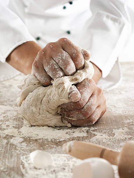 la pâte à pétrir - boulanger photos et images de collection