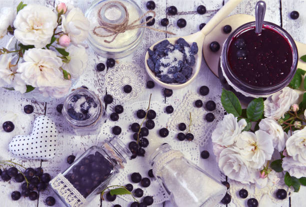 macht obst marmelade konzept mit zucker und frischen beeren - ribiselmarmelade stock-fotos und bilder