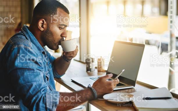 Foto de Fazendo Pleno Uso Do Wifi Rápido No Seu Café Local e mais fotos de stock de 20 Anos