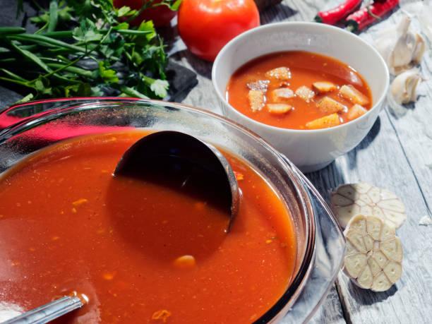 die gazpacho suppe - kalte tomatensuppe stock-fotos und bilder