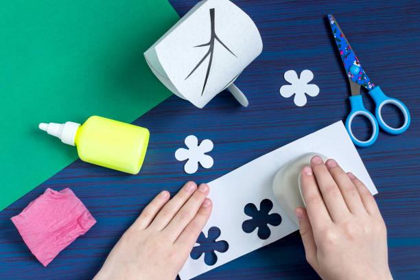 geschenk-box vom kind machen zum muttertag. schritt 7 - bastelkarton stock-fotos und bilder