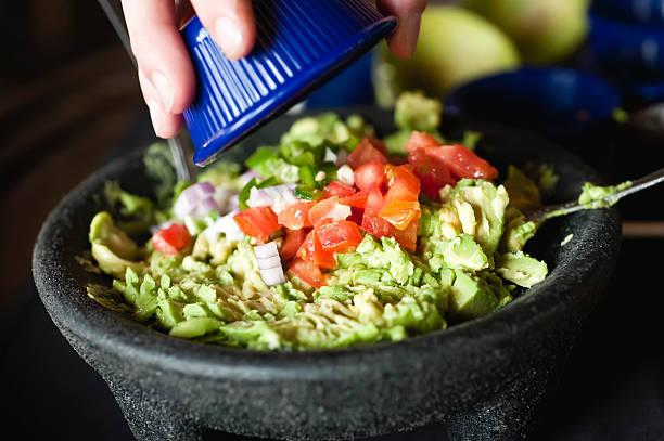 Hacer guacamole - foto de stock
