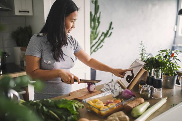 fare un pasto sano - cucinare foto e immagini stock