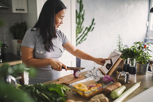 건강한 식사 만들기 30-39세에 대한 스톡 사진 및 기타 이미지