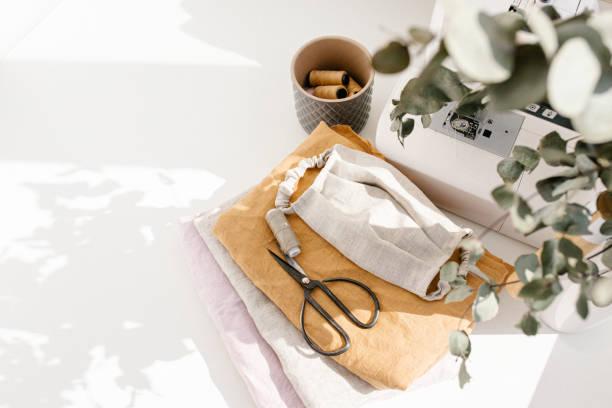Herstellung hausgemachte Atemmaske, Corona-Virus-Schutz. Hausgemachte medizinische Maske in den Prozess. Nähen Virus Gesichtsmaske zu Hause. – Foto
