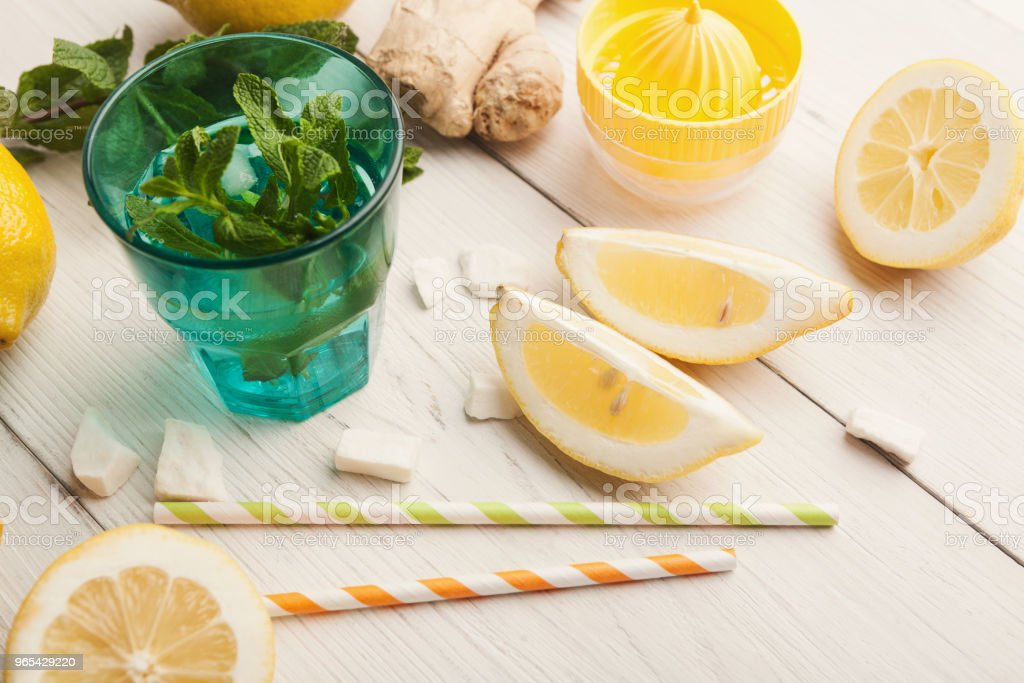 Fabrication de limonade à la maison, ingrédients sur une table en bois blanc - Photo de Agrume libre de droits