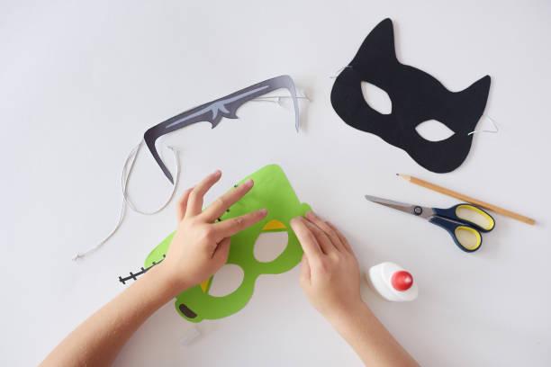 Making masks paper holiday halloween monsters mask black cat hands picture id1010378446?b=1&k=6&m=1010378446&s=612x612&w=0&h=ljvz3ol6gas1quzrbailske8xdzjfwzvdartfr48yti=