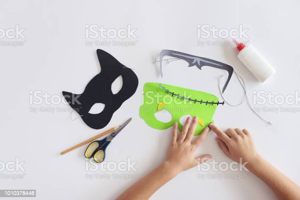 Making masks paper holiday halloween monsters mask black cat hands picture id1010378448?b=1&k=6&m=1010378448&s=612x612&h=d2uia7j5lywxw9znvmkwgizos3xvqy 9q3p42q npc8=