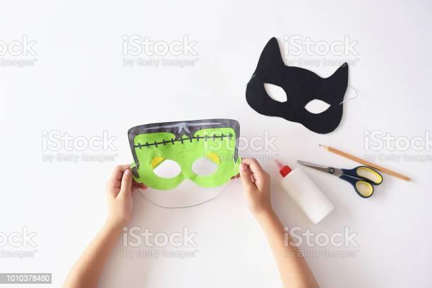 Making masks paper holiday halloween monsters mask black cat hands picture id1010378450?b=1&k=6&m=1010378450&s=612x612&h=jetouuoi0jnnkjqxufgwpkyz14igv  dzen5jhtbopm=