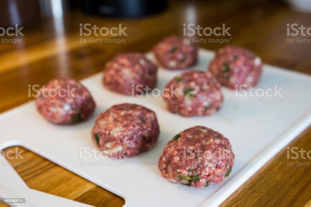Faire des boulettes de viande dans une cuisine - Photo de Admirer le paysage libre de droits