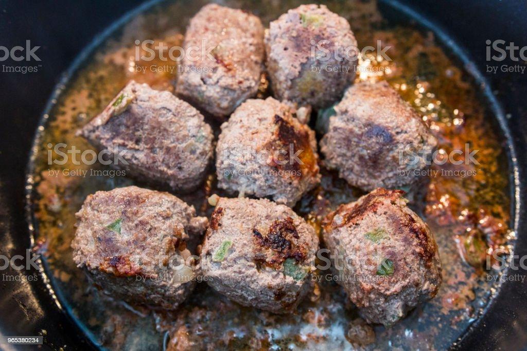 在廚房裡做肉丸 - 免版稅一個人圖庫照片