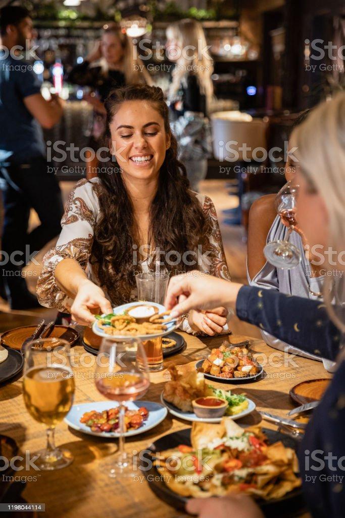 Hacer recuerdos en una comida - Foto de stock de 20 a 29 años libre de derechos