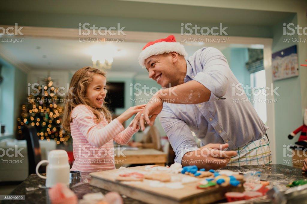 Faire des Biscuits de Noël salissant avec papa - Photo