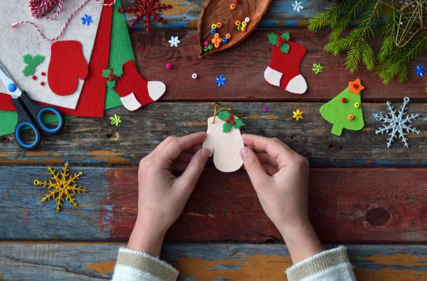 herstellung von handgefertigten weihnachten spielzeug aus filz mit ihren eigenen händen. kinder diy konzept. so dass weihnachten baumschmuck oder grußkarte. - basteln mit kindern weihnachten stock-fotos und bilder