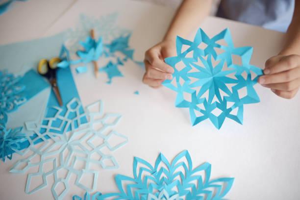 herstellung von schneeflocken aus papier. - winterdeko basteln stock-fotos und bilder