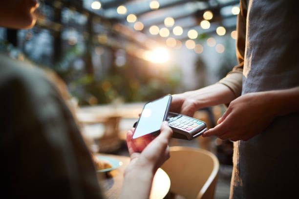 在咖啡廳進行線上支付 - 付錢 個照片及圖片檔