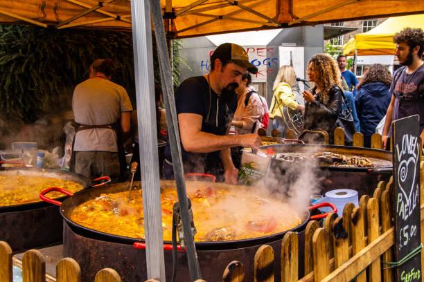Elaboración de paella en Edimburgo - foto de stock