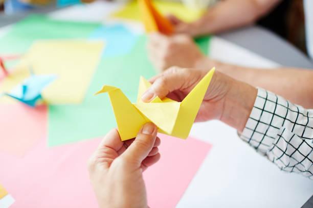 faire papier oiseau - origami photos et images de collection