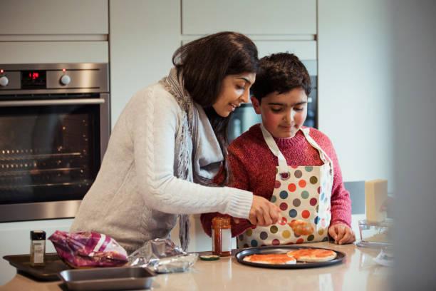 pizza machen macht spaß - autismus stock-fotos und bilder