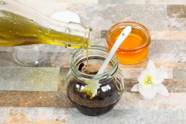macht die haut peeling aus olivenöl, verwendet kaffeesatz und honig - makeup selbst gemacht stock-fotos und bilder