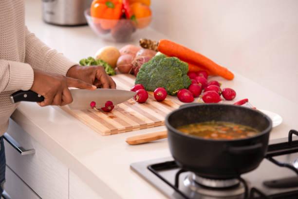 macht die suppe und salat. koch-konzept. - radieschen salat stock-fotos und bilder