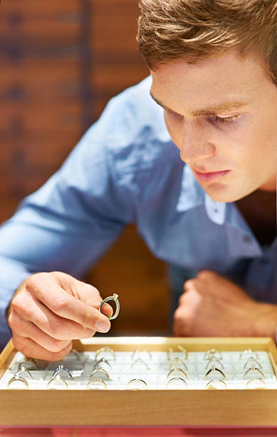 um sicherzustellen, dass dieser ring wird ihr justice - diamanten kaufen stock-fotos und bilder