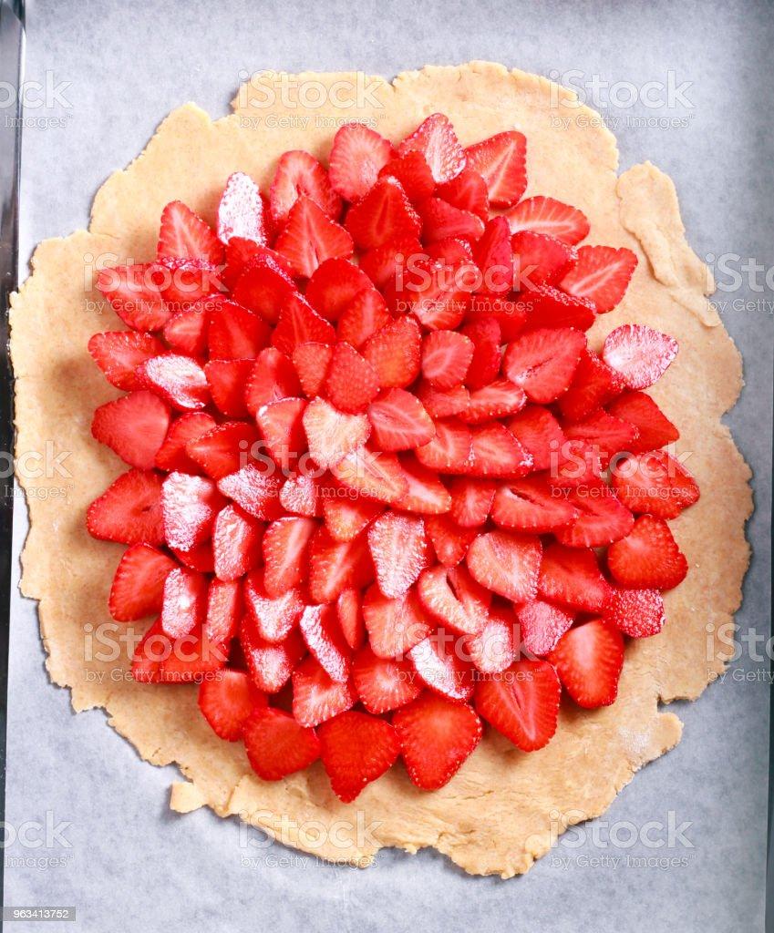 Faire un gâteau sucré avec fraise, crue feuilletée avec fraise brut - Photo de Aliment libre de droits