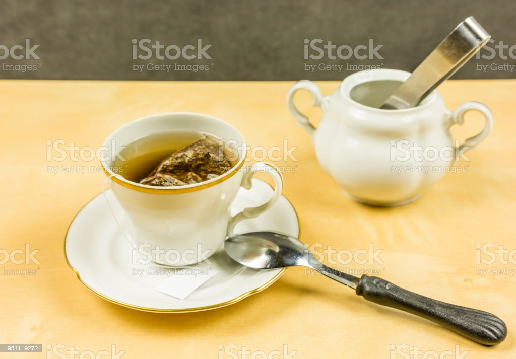 Bir çanta içinde belgili tanımlık geçmiş Kupası ve şekeri bir kapta çay yapma. - Royalty-free Ahşap Stok görsel