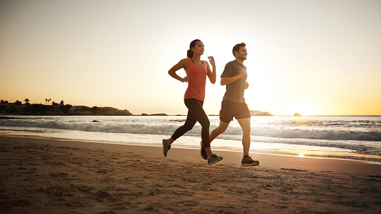 Full length shot of a young couple jogging on the beachhttp://195.154.178.81/DATA/i_collage/pu/shoots/805594.jpg