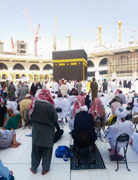 makkah, arabie saoudite-mars, 2019: les pèlerins musulmans à la kaaba dans la mosquée haram de la mecque, en arabie saoudite, - omra photos et images de collection