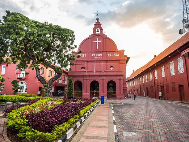 malacca christ church at dutch square historical city centre - malakka staat stockfoto's en -beelden