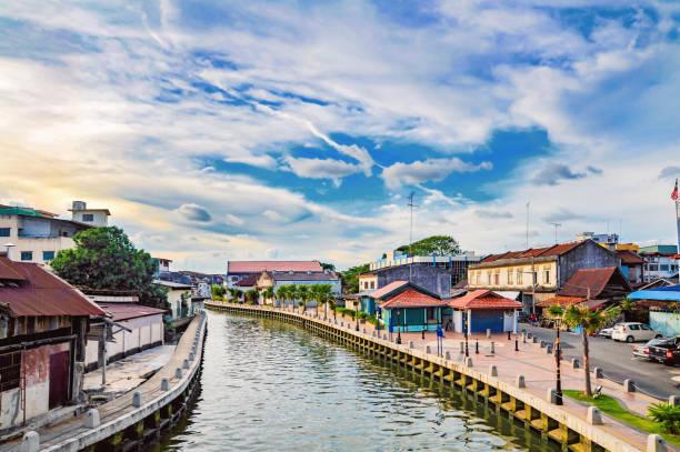 malakka rivier en gebouwen in de buurt van het in melaka stad - malakka staat stockfoto's en -beelden