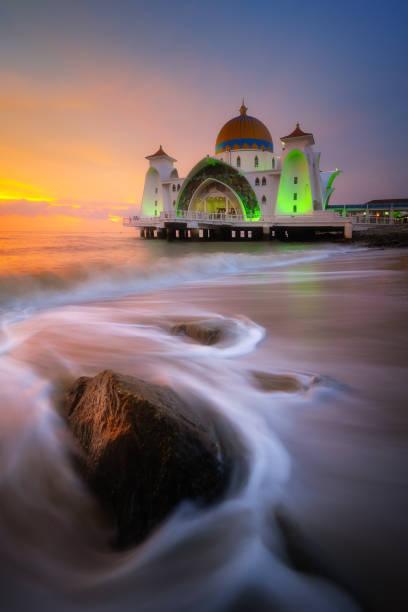 straat van malakka moskee (masjid selat melaka), malakka, maleisië - malakka staat stockfoto's en -beelden