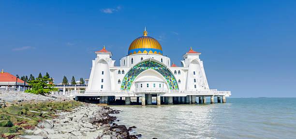 malacca straits mosque (masjid selat melaka), malacca, malaysia - malakka staat stockfoto's en -beelden