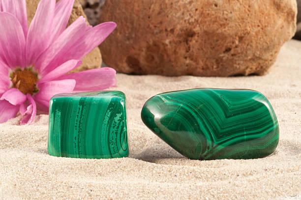 malachit hälfte wertvolle stone. garantiert authentische - malachit stock-fotos und bilder