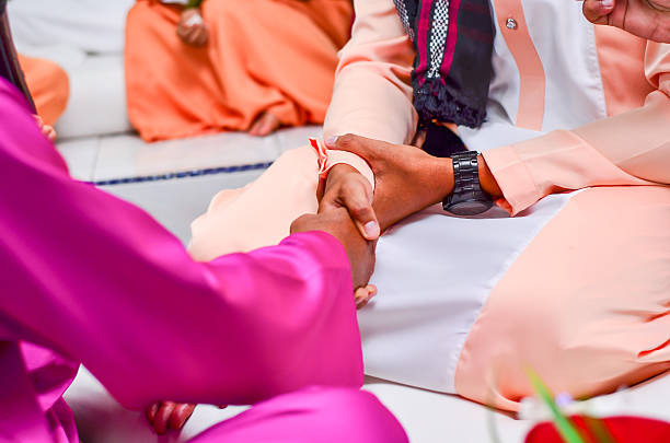 malay groom shake hand with brides father - mariage musulman photos et images de collection