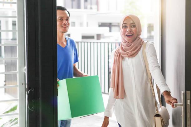 couples musulmans malais se déplaçant dans une nouvelle maison - mariage musulman photos et images de collection