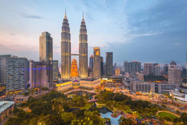 말레이시아, 쿠 알라 룸 푸 르 스카이 라인 - 쿠알라룸푸르 뉴스 사진 이미지