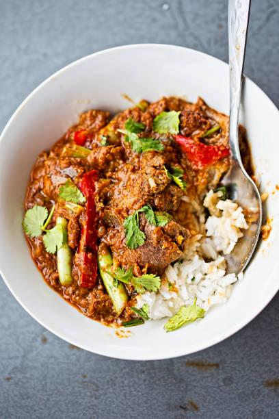 malaysische rindfleisch-curry mit frühlingszwiebeln und paprika - curry reis stock-fotos und bilder