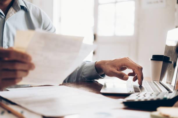 Männliche Steuerberater oder Banker verwenden Rechner. – Foto