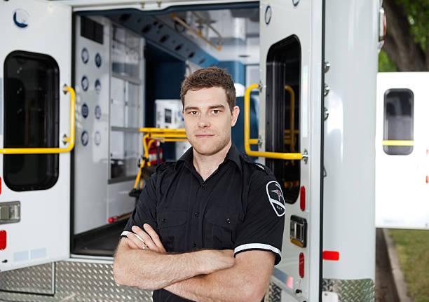 mâle ambulance portrait de personnel - auxiliaire médical photos et images de collection