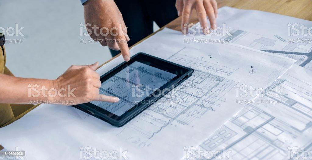 Männliche und weibliche Architekt mit digital-Tablette - Lizenzfrei Arbeiten Stock-Foto
