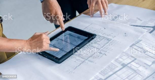 Männliche Und Weibliche Architekt Mit Digitaltablette Stockfoto und mehr Bilder von Arbeiten