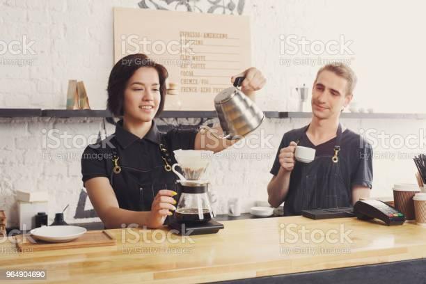 男和女酒保釀造新鮮咖啡 照片檔及更多 一個人 照片