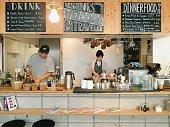 カフェでランチ サービスの男性と女性シェフ