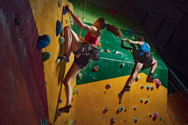 Männliche und weibliche Kletterer zielstrebig klettert die indoor-Kletterwand – Foto