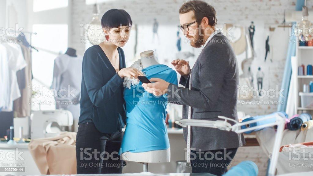 Männliche Und Weibliche Mode Designer S Arbeiten An Zugeschnitten ...