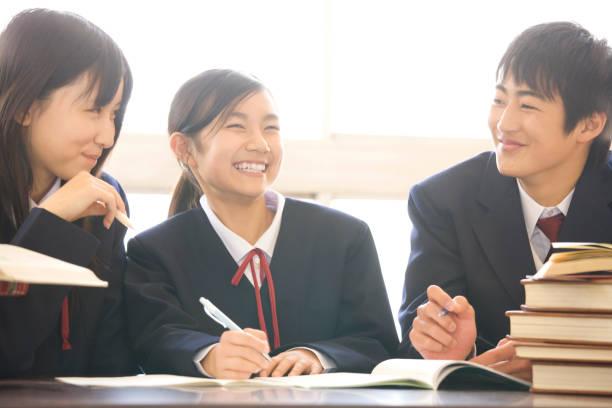 図書館で勉強する男女別中学生 - 中学校 ストックフォトと画像