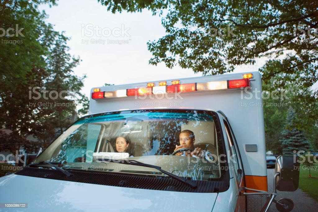 Männliche und weibliche Sanitäter im Fahrerhaus der Krankenwagen – Foto